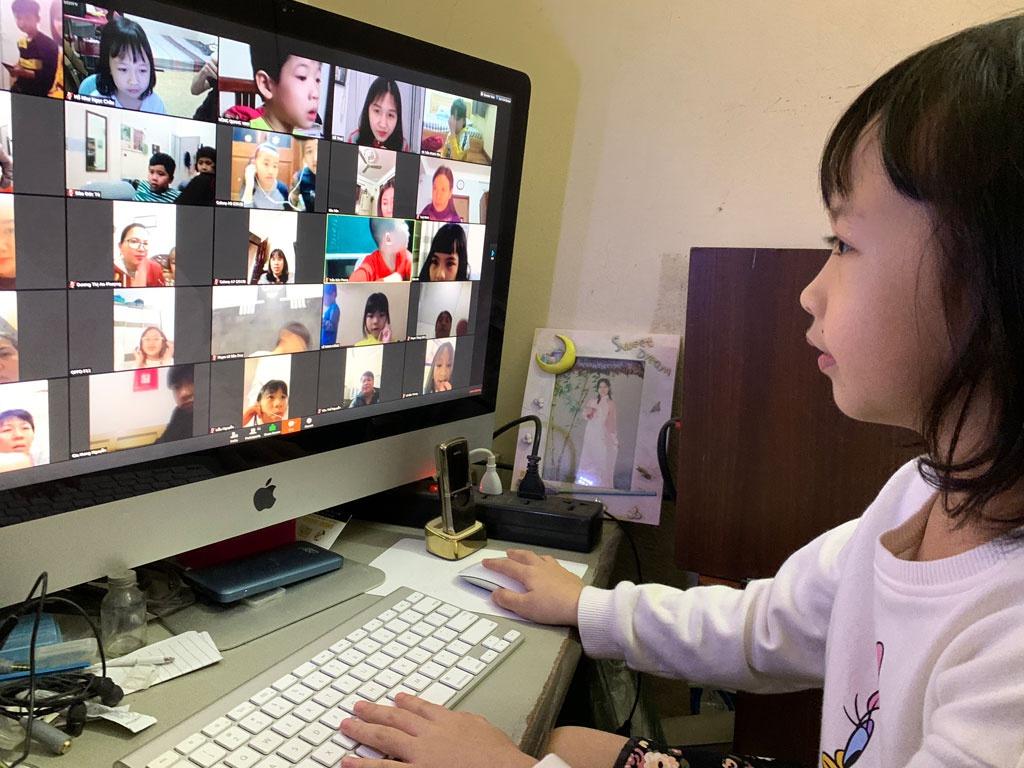 Chưa biết chữ, học sinh lớp 1 học trực tuyến thế nào?