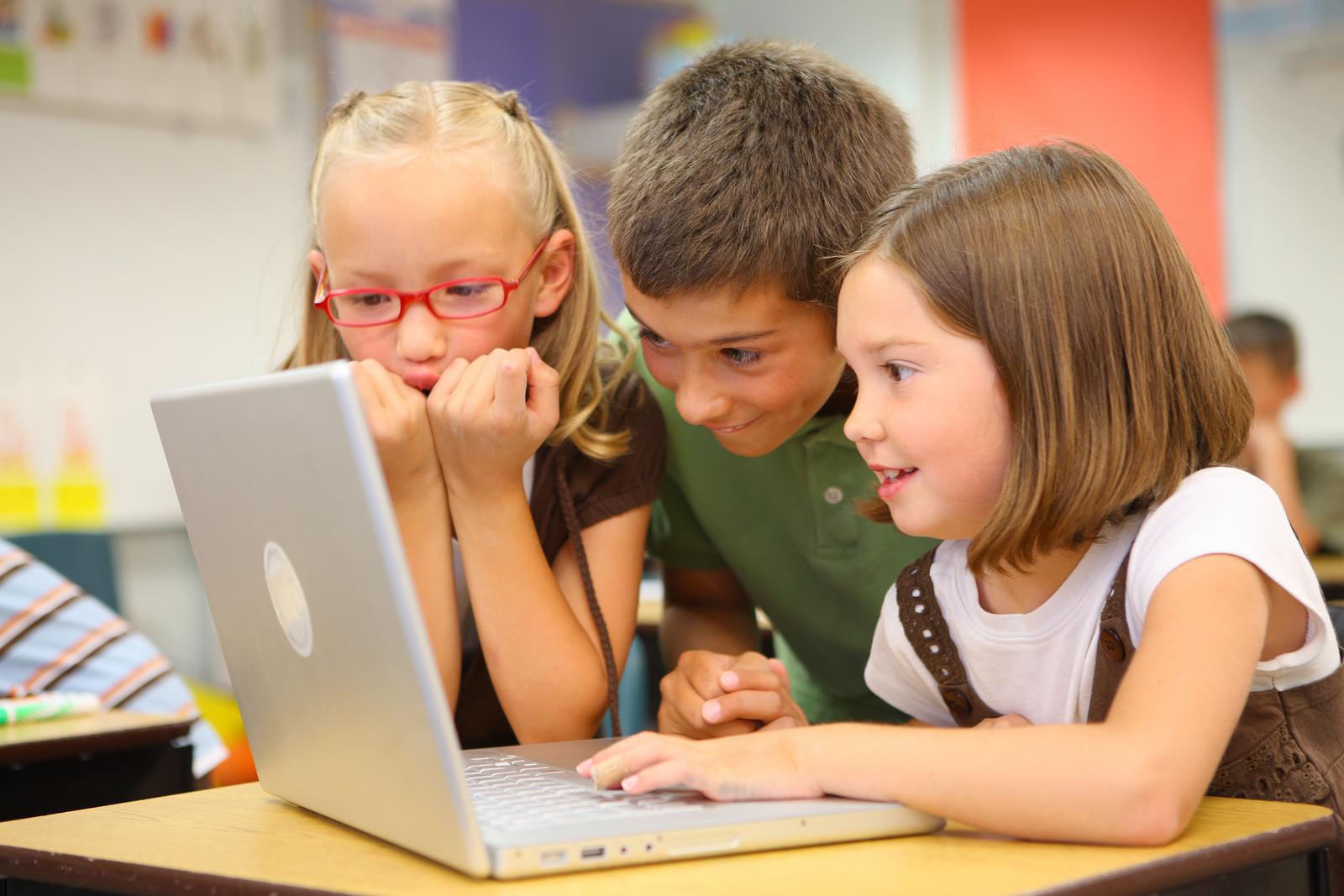 Ông bà loay hoay học online cùng cháu